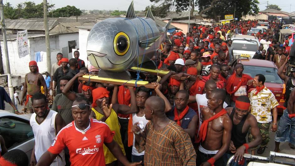 Dorfbewohner bei der Beerdigungszeremonie -mit Fisch
