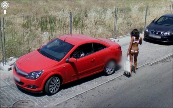 Lustige Bilder in Google Street View Prostituierte Frau in Bikini und High Heels