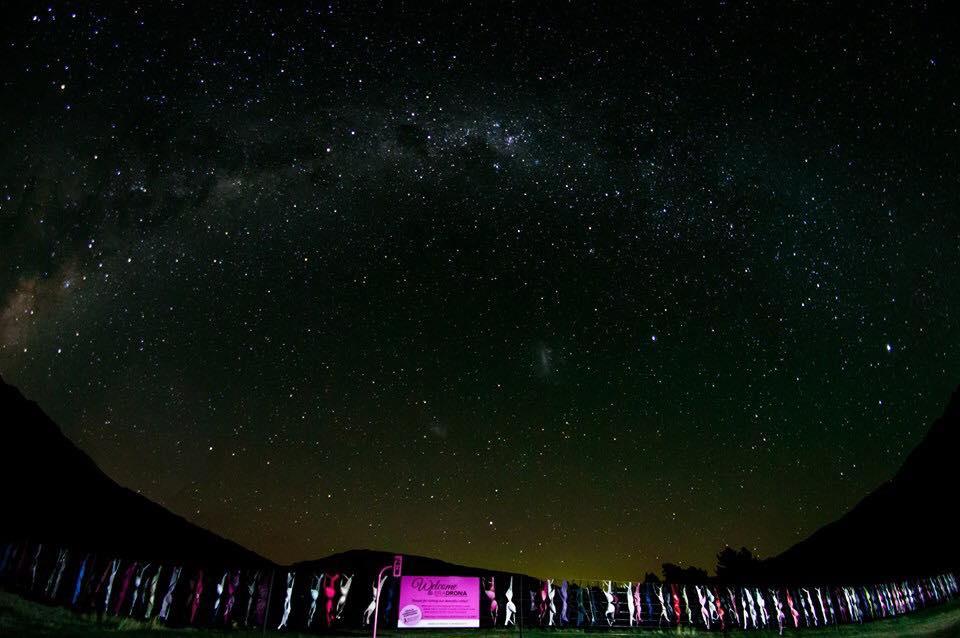 Harvey Mckechnie Bra Fence Cardrona BH-Zaun Neuseeland BH's an Zaun bei Nacht