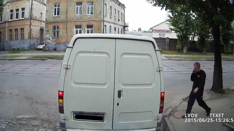 fußgänger überfährt weißen van in russland