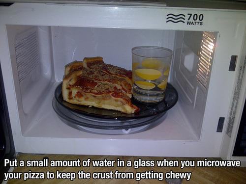 Lifehack Tipp für Alltag Pizza in Mikrowelle labbrig
