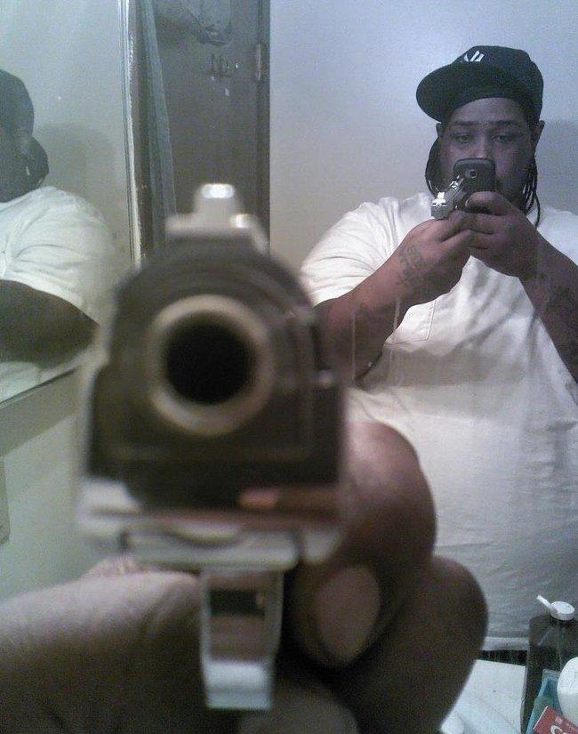 Selfie-Fails mit Spiegel Posieren mit Waffen