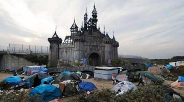 banksy spendet an flüchtlinge dismaland calais