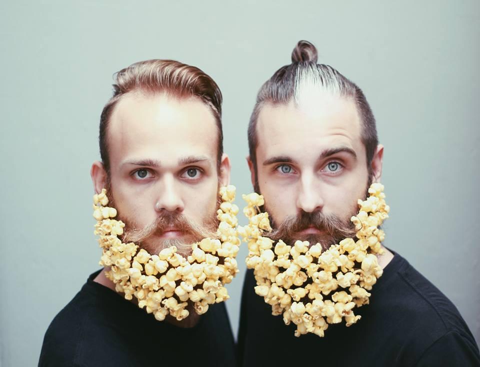 gay-beards-popcorn sachen in den bart stecken