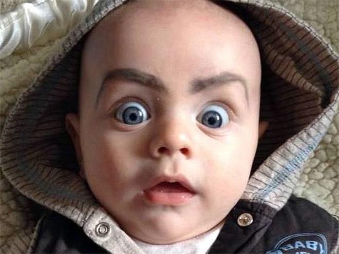 Babies mit Augenbrauen lustig