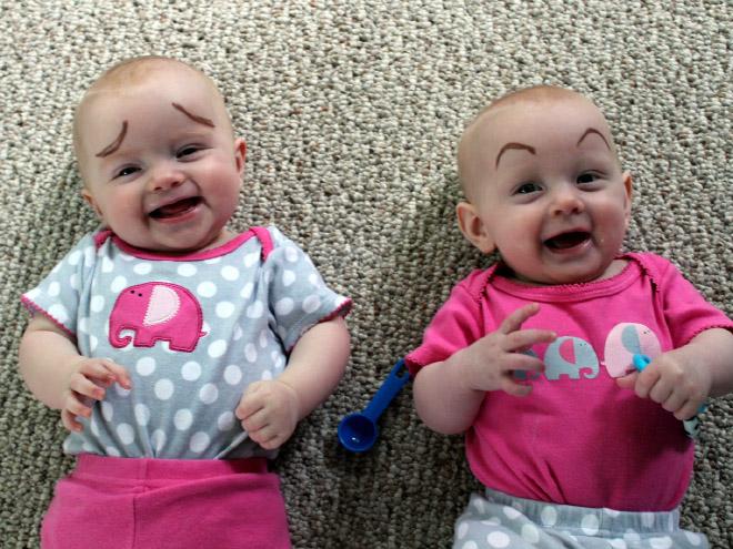 zwillinge lustige augenbrauen babies