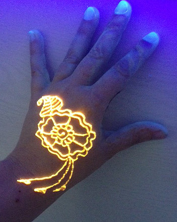 glow in the dark henna motiv