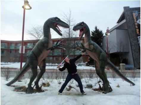 lustige fotos mit statuen t-rex mit lichtschwert töten