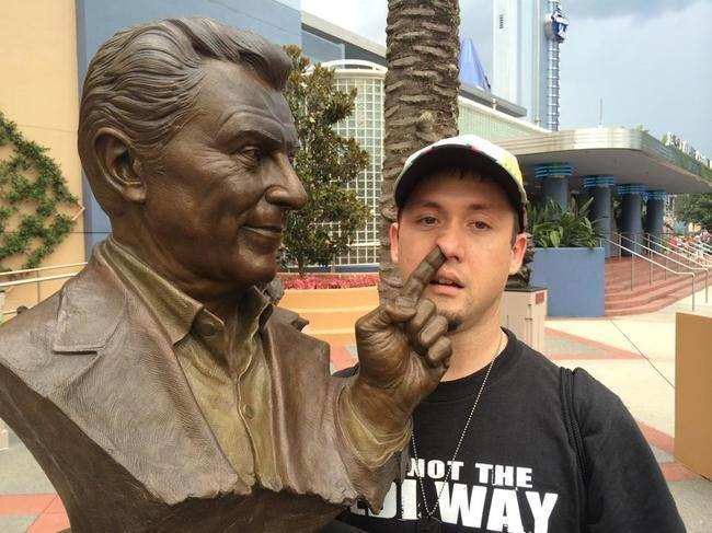 statuen belästigen finger in der nase lustig