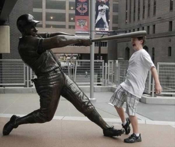 lustiges foto mit statue und baseballschläger