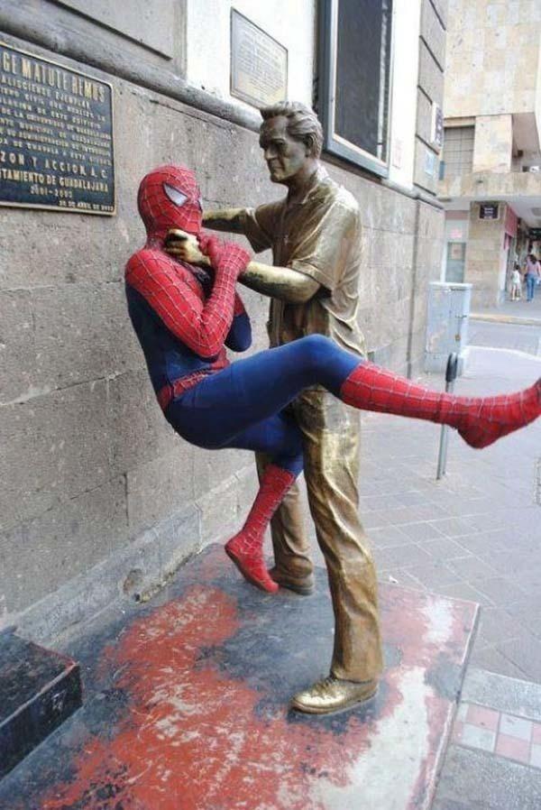 lustige fotos mit statuen spiderman