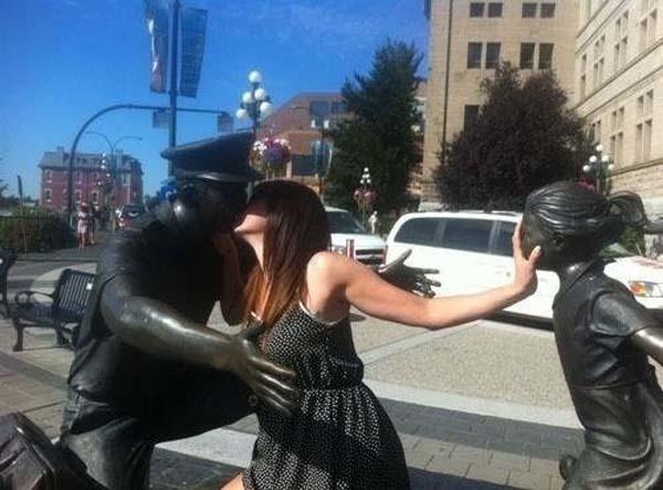 lustige fotos mit statuen dreiecksbeziehung neid eifersucht