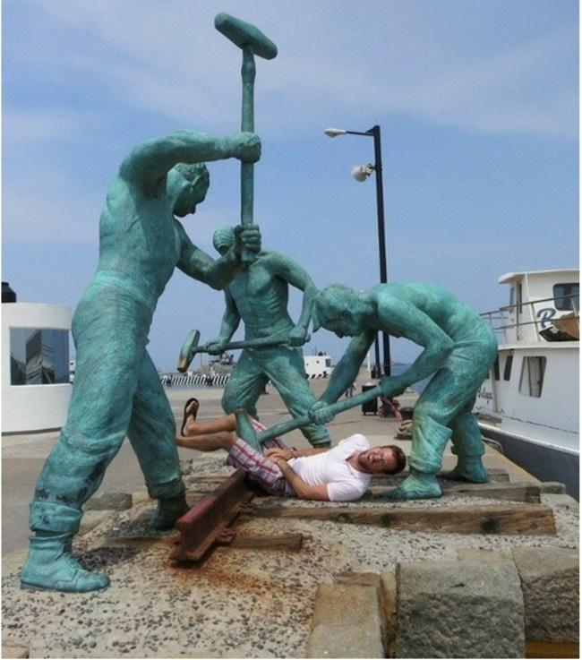 lustige fotos mit statuen kastrieren auf offener straße