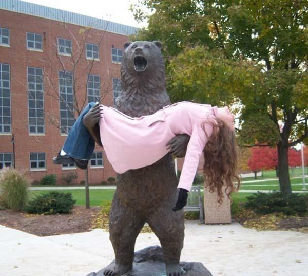 lustige fotos mit statuen bär trägt frau