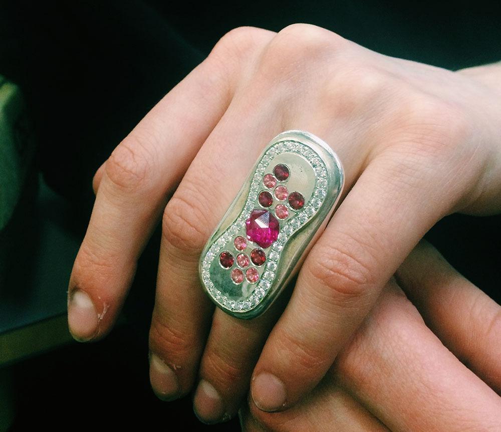 Schmuck Binde Tampon Menstruation Akzeptanz
