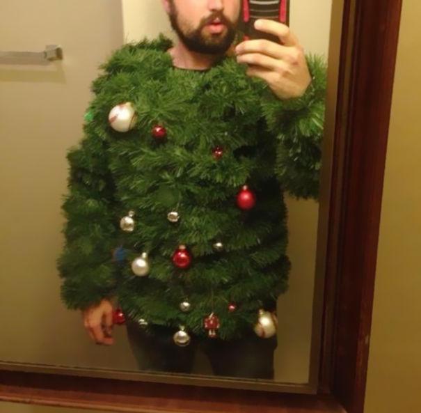Weihnachtspullover mit Baum