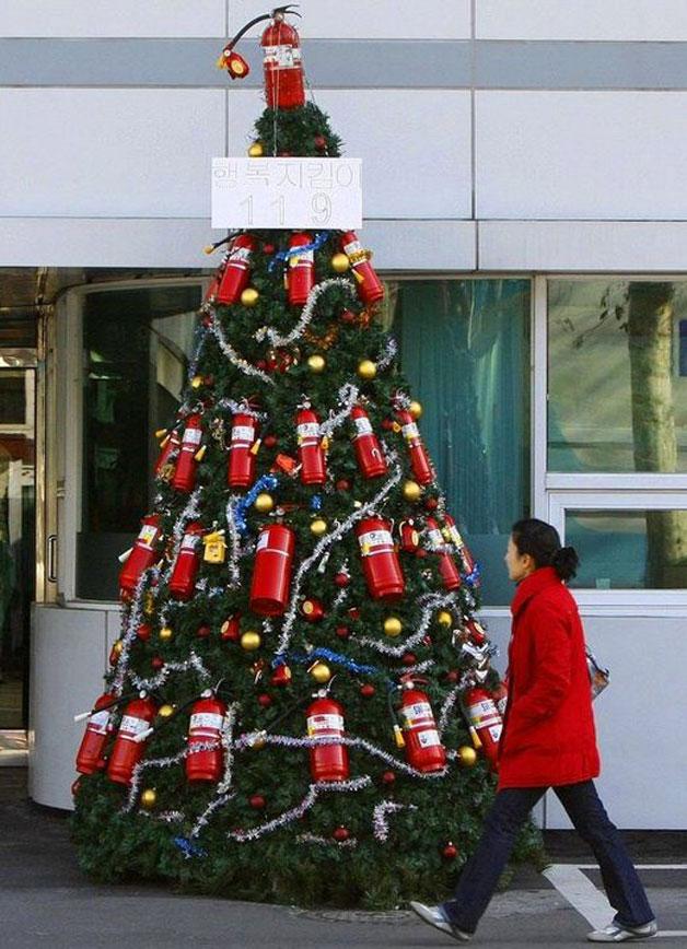 etwas andere Weihnachtsbäume besorgte Bürger Feuerlöscher
