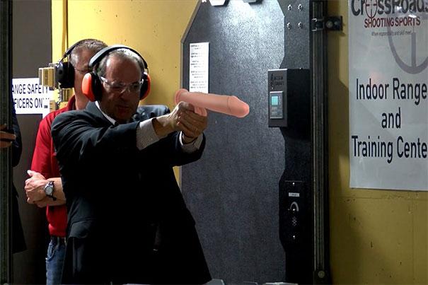 Waffen durch Dildo ersetzt