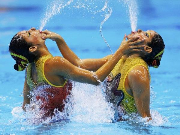 lustige grimassen beim synchronschwimmen