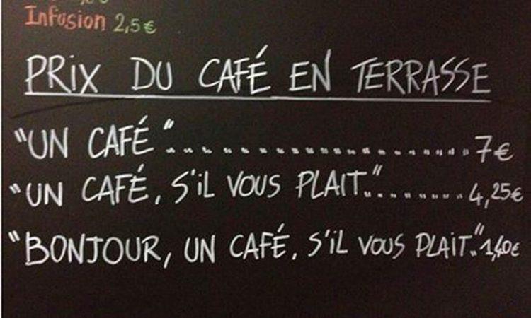 ein café bringt gästen manieren bei frankreich