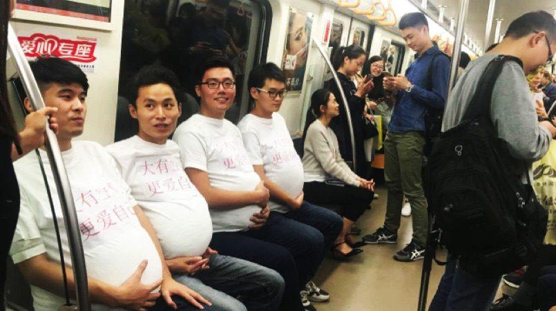 schwangere männer in der ubahn für mehr sitzplätze