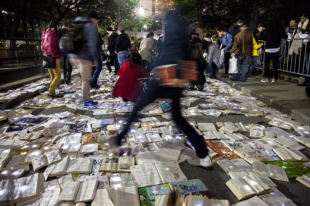 Straße voll leuchtender Bücher